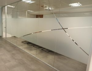vinilo-mampara-oficina-madrid-etimoe-art